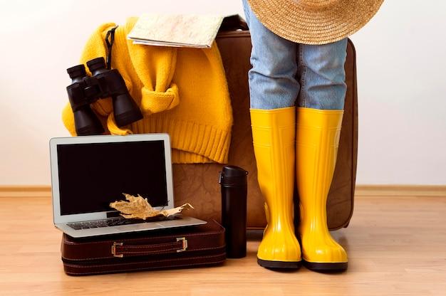 Вид спереди женщина готовится к осеннему путешествию