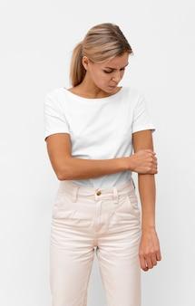 Vista frontale della donna che ha dolore al gomito