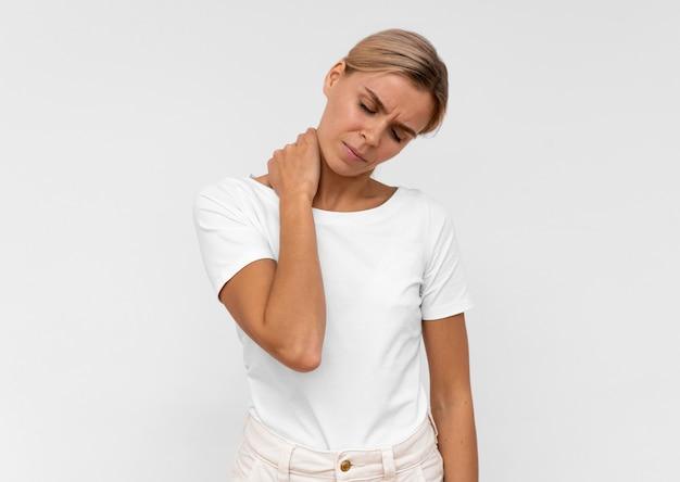 Vista frontale della donna che ha dolore al collo