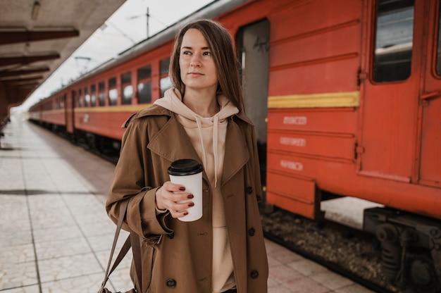 コーヒーを持っている正面図の女性