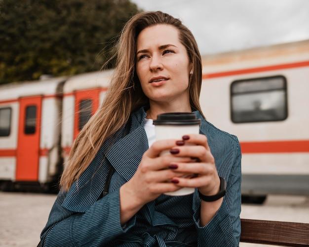Вид спереди женщина, держащая чашку кофе