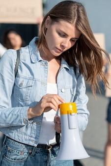 Вид спереди женщина, держащая мегафон