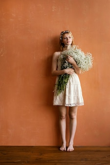 Vista frontale della donna che tiene il mazzo di fiori con lo spazio della copia