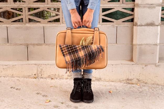 Вид спереди женщина, держащая ее багаж