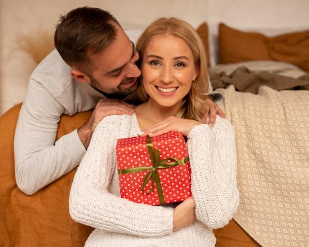 プレゼントを持っている正面図の女性