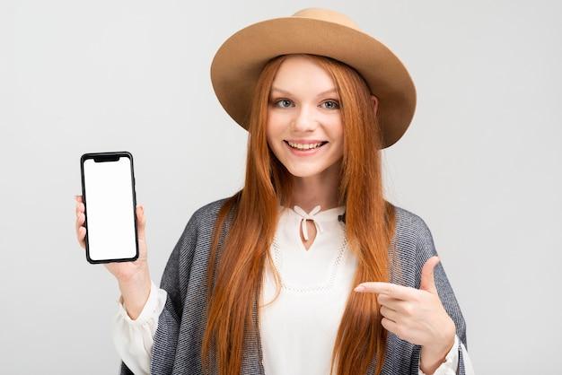 スマートフォンを保持している正面図の女性