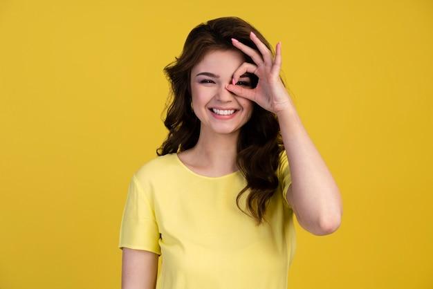 Vista frontale della donna che fa il segno giusto sopra il suo occhio