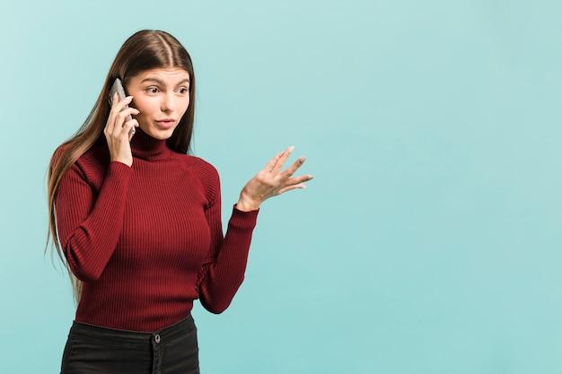 彼女の電話で正面の女性