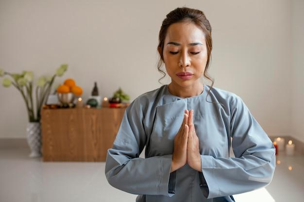 Vista frontale della donna che prega