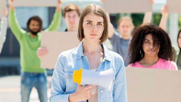 通りで抗議している正面図女性