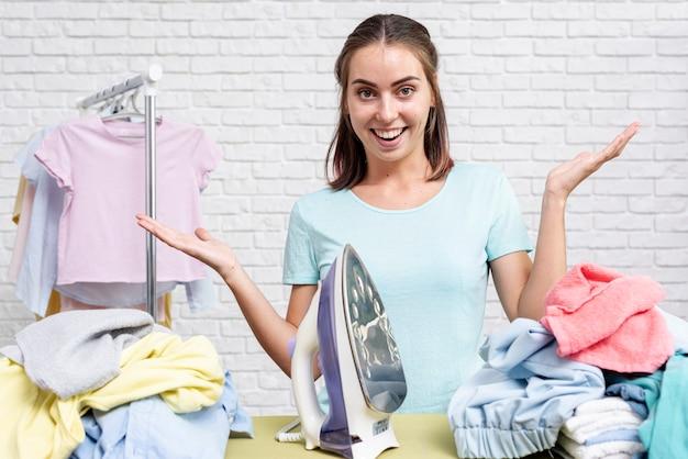 Вид спереди женщина готова для глажения одежды