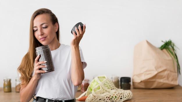 Вид спереди женщина, пахнущая кофейными зернами с копией пространства