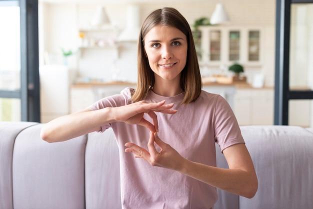 Vista frontale della donna che usando il linguaggio dei segni