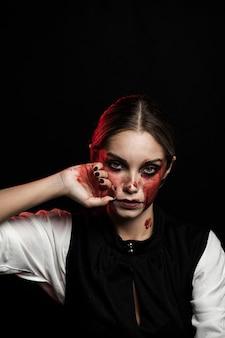 Vista frontale della donna che indossa il trucco del sangue falso