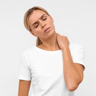 Vista frontale della donna con dolore al collo