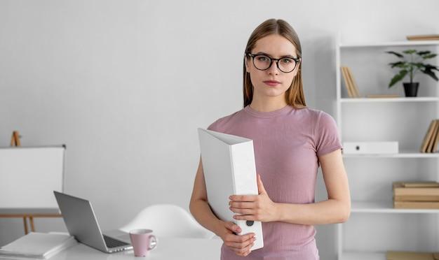 Женщина вид спереди с проектом дома