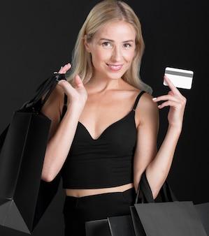Vista frontale della donna con il concetto di borsa della spesa