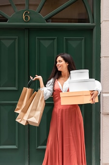 Vista frontale della donna con il concetto di borse della spesa