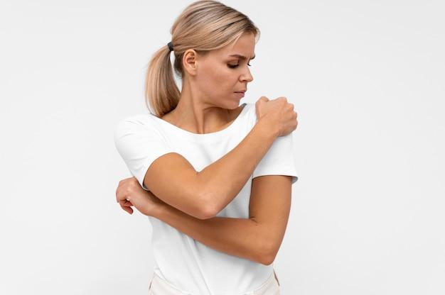 Vista frontale della donna con dolore alla spalla