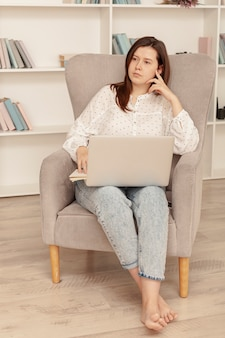 自宅で仕事正面女性