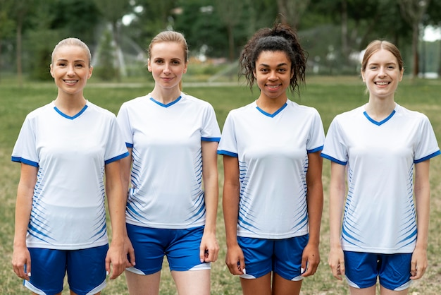 Squadra di calcio femminile di vista frontale