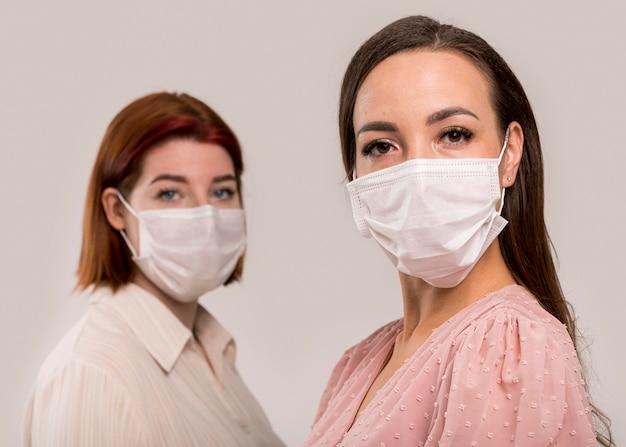 Vista frontale delle donne con il concetto di maschera facciale