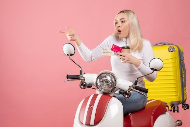Vista frontale si chiedeva la giovane signora sul ciclomotore con la valigia gialla che indicava qualcosa