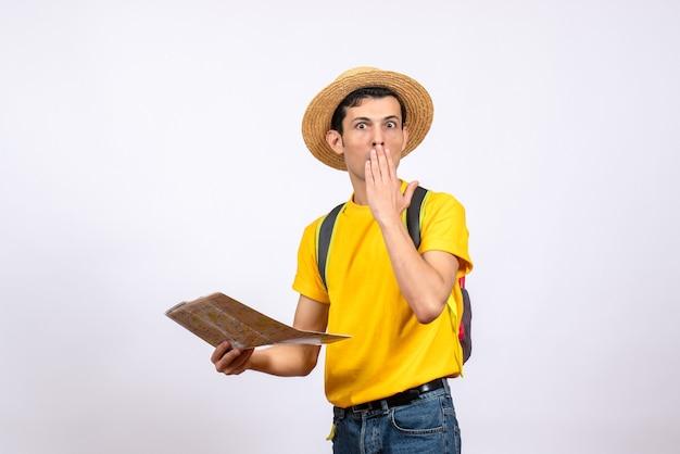 전면보기 밀짚 모자와 노란색 티셔츠와 젊은 남자 궁금