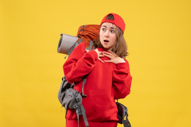 正面図は彼女の胸に手を置いているバックパックと赤い帽子を持つ若い観光客を不思議に思った