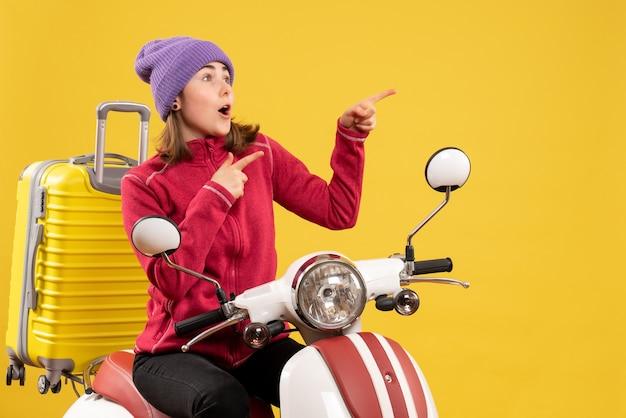 Vista frontale si chiedeva la giovane donna sul ciclomotore che puntava a qualcosa