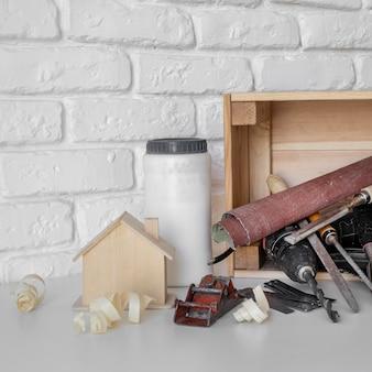 Disposizione degli oggetti di lavorazione del legno vista frontale
