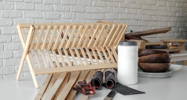 Assortimento di oggetti di lavorazione del legno vista frontale