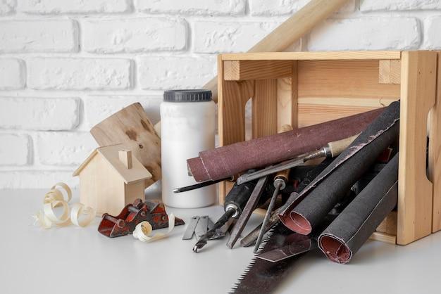 Composizione di oggetti di lavorazione del legno vista frontale