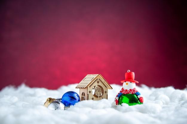 Вид спереди деревянный домик снеговик игрушка