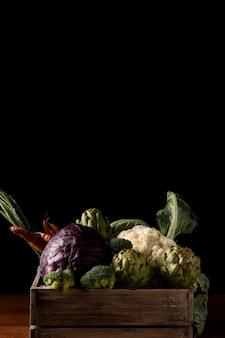 Деревянный ящик с овощами, вид спереди