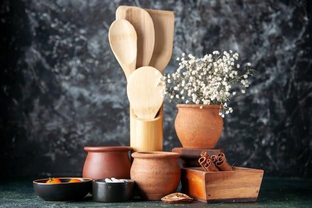 正面図暗い壁の色の調味料塩食品カトラリーの写真に鍋とシナモンと木のスプーン