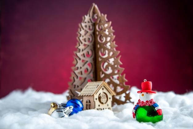 Vista frontale in legno albero di natale pupazzo di neve giocattolo piccola casa in legno