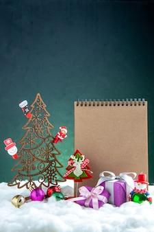 Вид спереди деревянная рождественская елка с игрушками для ноутбука из сосновой шишки небольшие подарки