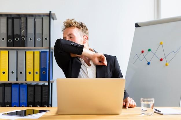 Vista frontale di lavoro durante il concetto covid