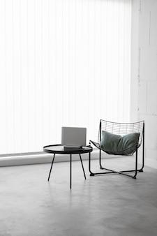 Tavolo e sedia sul posto di lavoro vista frontale