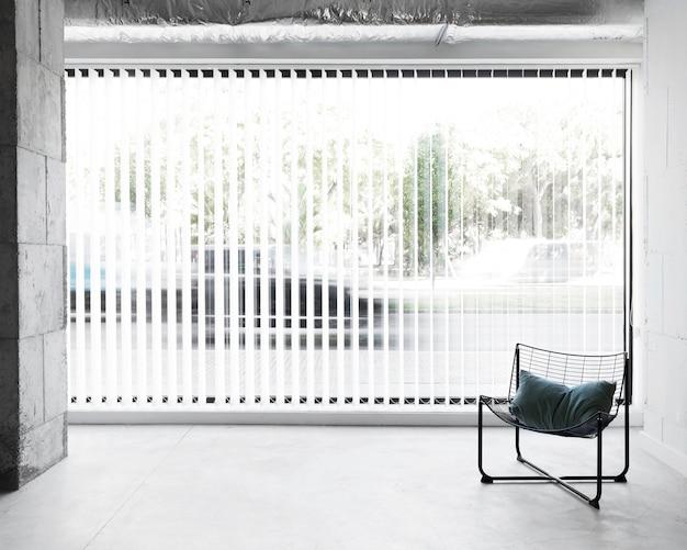 Sedia sul posto di lavoro vista frontale accanto alla finestra