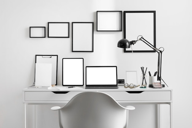 Vista frontale della scrivania sul posto di lavoro con lampada e sedia