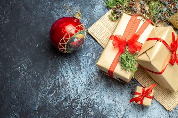 正面から見たクリスマス プレゼントは、薄暗い机の上におもちゃが付いています