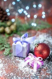 Вид спереди елочный шар маленькие подарки кокосовый порошок на темноте