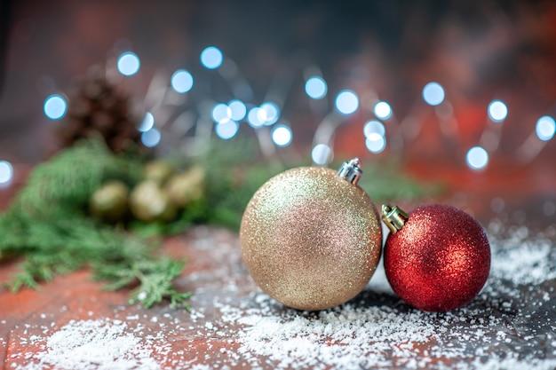 Вид спереди елочные шары кокосовой пудры на темных рождественских огнях