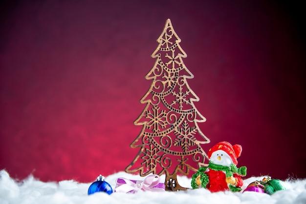 Vista frontale decorazione dell'albero di natale piccolo pupazzo di neve albero di natale giocattoli