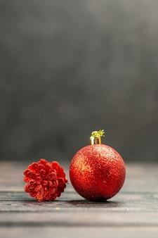 暗い自由空間の正面図のクリスマスツリーのおもちゃ