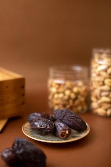 茶色の木製の机の上の正面xurma全体茶色の甘い