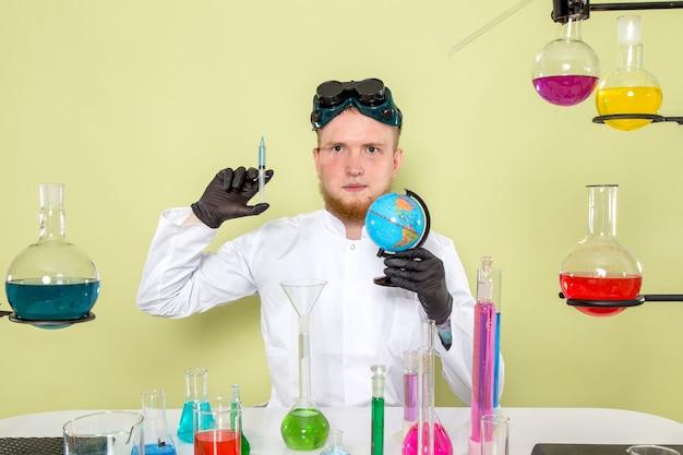 Il giovane chimico di vista frontale vuole salvare il mondo con la sua iniezione
