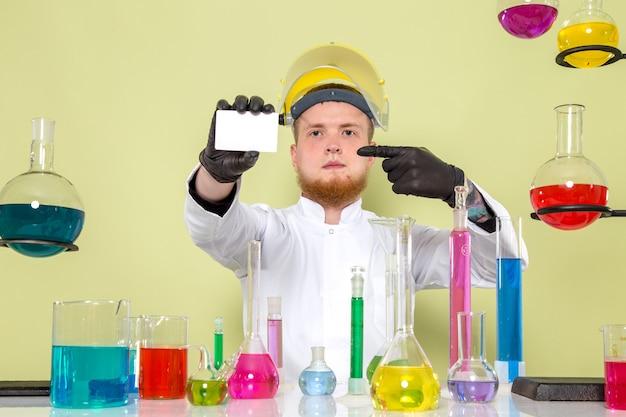 Il giovane chimico di vista frontale vuole che tu concentri la sua carta bianca
